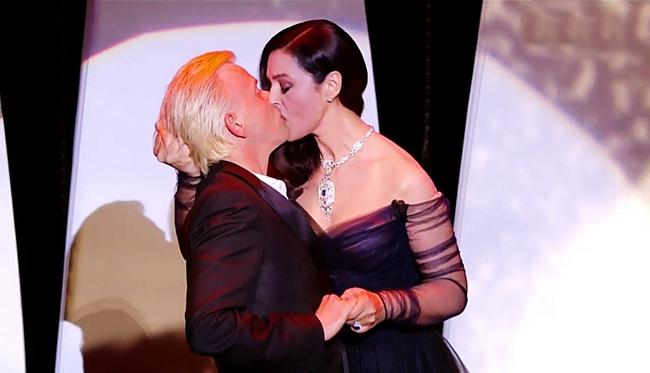 Monica Bellucci là cái tên ấn tượng nhất trong ngày đầu khai mạc LHP Cannes 2017 (17.5) khi có màn cưỡng hôn diễn viên hài người Pháp - Alex Lutz trong vai trò người dẫn chương trình.