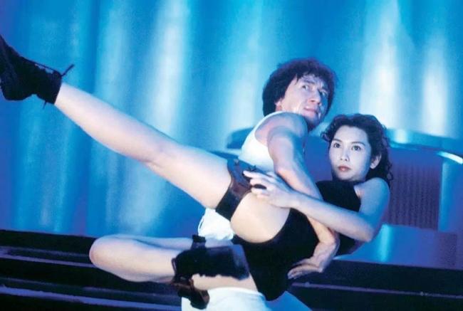 """Khâu Thục Trinh vốn được biết đến với hình tượng """"nữ hoàng gợi cảm"""" của điện ảnh Hong Kong. Năm 1992, cô nhận lời mời của Thành Long tham gia bộ phim điện ảnh hài hành động """"Thợ săn thành phố"""" (City Hunter)."""