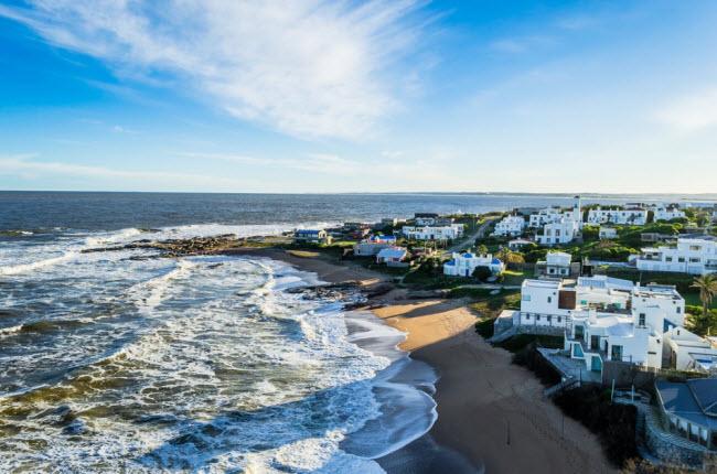 Jose Ignacio, Uruguay: Với dân số chỉ 300 người, nhưng thành phố Jose Ignacio là điểm điếm hàng đầu của các siêu sao Mỹ Latin như Shakira vào mùa đông. Đó là lý do tại sao bạn có thể tìm thấy các khách sạn và nhà hàng sang trọng ở đó. Đây là địa điểm lý tưởng cho những người có điều kiện và muốn tìm nơi tiêng tư.