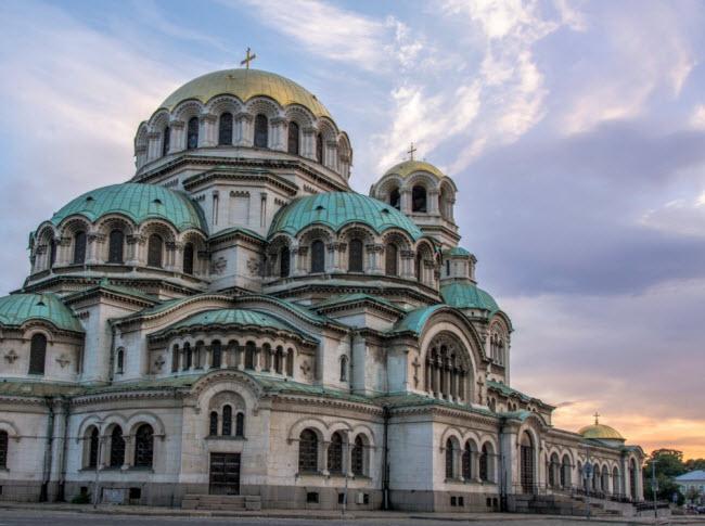 Sofia, Bulgaria: Đây là một trong những thủ đô có chi phí rẻ nhất tại châu Âu. Thành phố này gây ấn tượng với nhiều công trình kiến trúc lịch sử vẫn được bảo tồn nguyên vẹn. Theo các chuyên gia, Sofia sẽ sớm trở thành một địa điểm thu hút đông du khách.