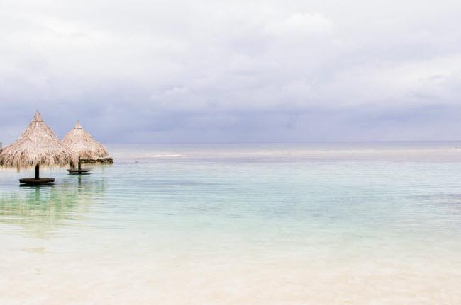 Roatan, Honduras: Hòn đảo Roatan bắt đầu trở nên nổi tiếng với sự xuất hiện của những người thích lặn, họ tới đây để khám phá rạn san hô Mesoamerican Barrier. Trên đảo, bạn cũng có thể tham gia hoạt động như câu cá và khám phá quần đảo Cayos Cochinos.