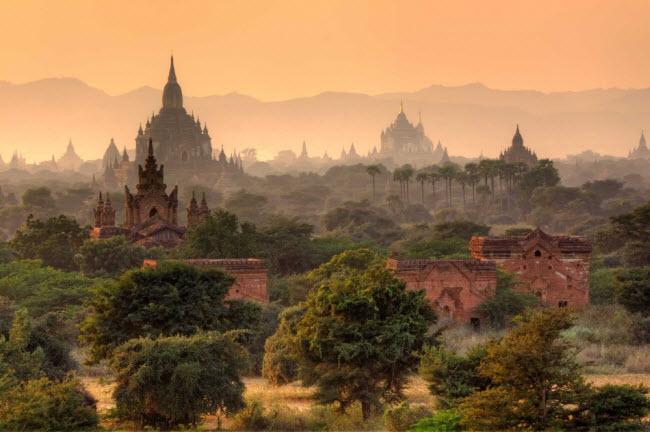 Myanmar: Chỉ khoảng 300.000 du khách tới Myanmar vào năm 2010, nhưng con số này đã tăng lên hơn 2 triệu người 3 năm sau đó. Ngành du lịch của quốc gia Đông Nam Á đang phát triển nhanh, nhưng bạn vẫn còn cơ hội tận hưởng không gian yên tĩnh và ngắm hoàng hôn trên hồ Inle.