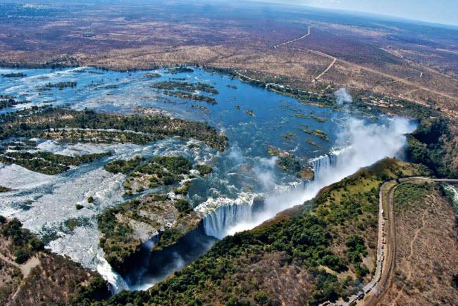 Zambia và Zimbabwe: Thác Victoria đã được tất cả mọi người biết đến, nhưng vườn quốc gia Hwange nằm gần thác nước nổi tiếng này vẫn còn là bí ẩn với phần lớn du khách. Khu bảo tồn thiên nhiên này có diện tích rộng lớn (14.600 km2), với nhiều hồ, cây quý hiếm và động vật hoang dã châu Phi.