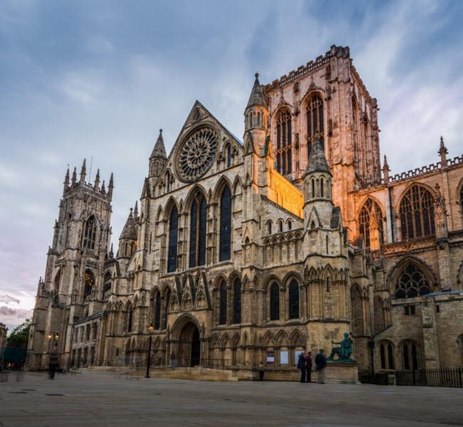York, Anh: Đây là một trong những thành phố cổ kính và đẹp nhất ở Anh. York có mọi thứ từ quán bar, nhà trà, quán cà phê cho tới nhà thờ và những công trình kiến trúc cổ kính. Một trong những nét hấp dẫn nhất của thành phố này là nhà thờ cổ lên tới hơn 500 năm tuổi.