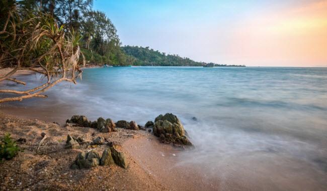 Kep, Campuchia: Từ năm 1908, Kep trở thành điểm đến hấp dẫn của giới quý tộc Pháp ở Campuchia. Nơi đây nổi tiếng với nhà hàng sang trọng và biệt sự xa hoa. Nhưng sau nhiều năm nội chiến, khu nghỉ dưỡng Riviera bị bỏ hoang và ngày nay Kep trở thành điểm lý tưởng dành cho những người thích không gian yên tĩnh.