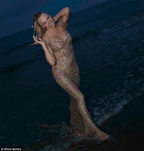 """""""Bom sex"""" Pamela Anderson diện váy hở hông, ướt đẫm trên biển - 1"""