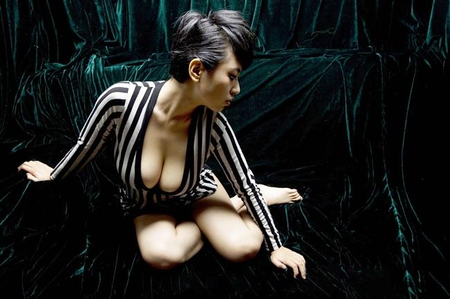 """Từ một trợ lý sản xuất, Triệu Minh dần được biết đến là một diễn viên khi tham gia nhiều tác phẩm như """"Khách sạn kinh dị"""" 2012, """"Nhất dạ kinh hỷ"""" 2013…"""