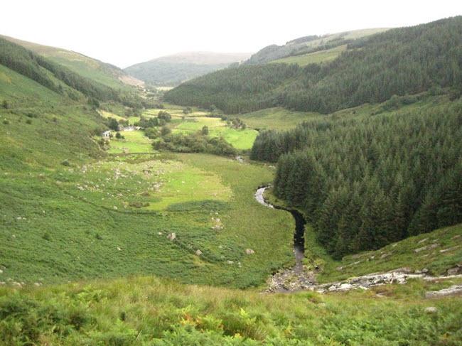 Những cột đá có hình thù kỳ dị giữa thung lũng tình yêu ở Ireland - 1