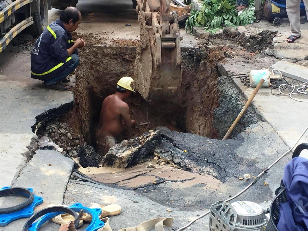 """Mặt đường ở trung tâm Sài Gòn bất ngờ bị sụt lún với diện tích """"khủng"""" - 1"""