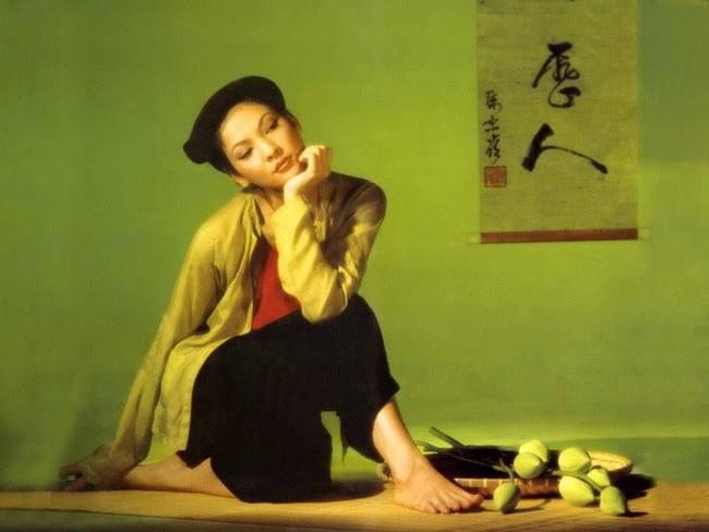 Thủy Hương sinh năm 1964 tại Tuyên Quang. Thủy Hương sở hữu vẻ đẹp vừa dịu dàng vừa đài các mang đậm nét Á đông.
