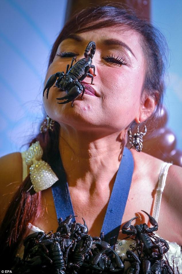 Cô gái Thái Lan để chục con bọ cạp cực độc bò trên mặt - 1
