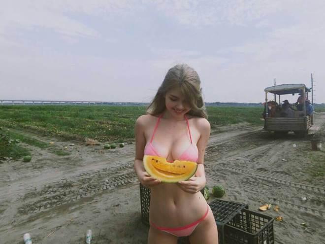 Hotgirl xinh đẹp mặc bikini hái dưa làm dân tình xôn xao - 3