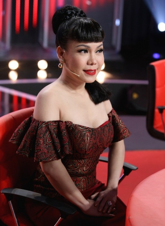 Việt Hương gợi cảm khi ngồi ghế nóng.