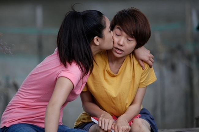 Trong phim, nhân vật Đông Dương có một mối tình lãng mạn với Hải Minh (Lương Mạnh Hải).