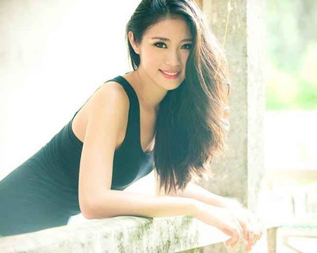 Người đẹp ghi dấu ấn với nụ cười khả ái và gương mặt sáng.