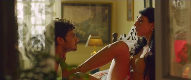 Phim xoay quanh cuộc đời của Mukesh (Shadab Kamal). Sau khi mẹ qua đời, cuộc sống của cậu thiếu niên vừa tốt nghiệp cấp ba có nhiều biến động. Anh chàng chuyển đến sống với người dì giàu có. Tại đây, cậu nảy sinh tình cảm với người phụ nữ hàng xóm tên Sarika có thân hình nóng bỏng.