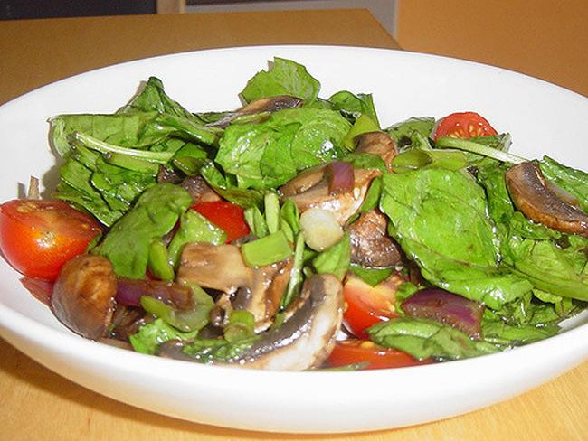 4. Dầu ôliu và các loại hạt. Dầu ô liu thường kết hợp với các loại rau rủ, trái cây và các loại hạt trong món salad. Tuy nhiên, chất béo thô trong dầu ô liu sẽ làm ức chế quá trình tiêu hóa khi kết hợp với protein trong các loại hạt.