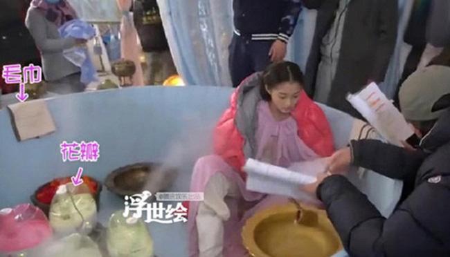 Kỳ thực, nữ diễn viên chỉ ngồi trong chiếc bồn tắm giả, xung quanh là những máy phun sương tạo ẩm. Hơi nước thoát ra sẽ tạo nên cảm giác mờ ảo cho cảnh quay.