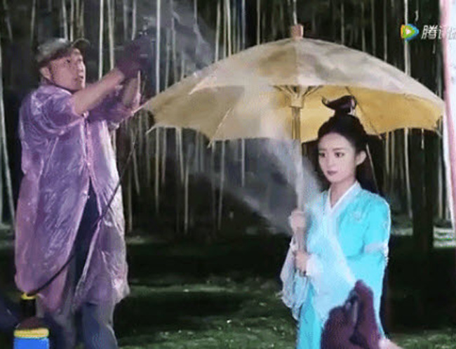 Thực chất cơn mưa này được tạo bằng máy phun nước rất khó chịu với cả nhân viên đoàn phim lẫn diễn viên.