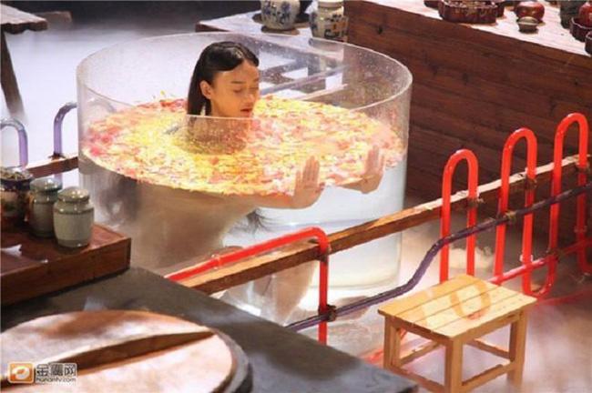 Quay cảnh tắm trong bồn, mỹ nhân thực chất không nude như mọi người tưởng.
