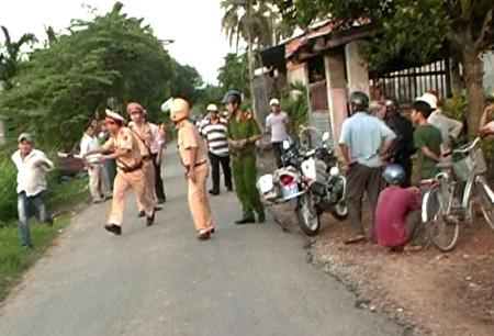 Thanh niên đầu trần tấn công CSGT khi bị dừng xe - 1