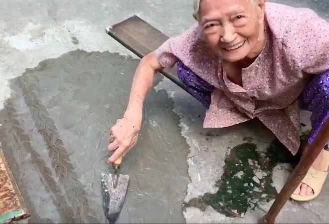 """Chuyện đời ít ai ngờ của cụ bà 80 tuổi tự tay """"vá"""" đường - 1"""