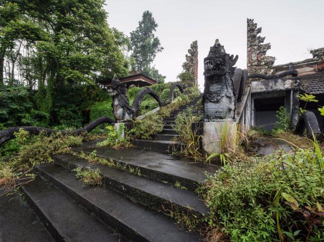 Theo nhiếp ảnh gia Veillon, khách sạn bỏ hoang trên đảo Bali chưa được đặt tên vì nó chưa thực sự hoạt động.