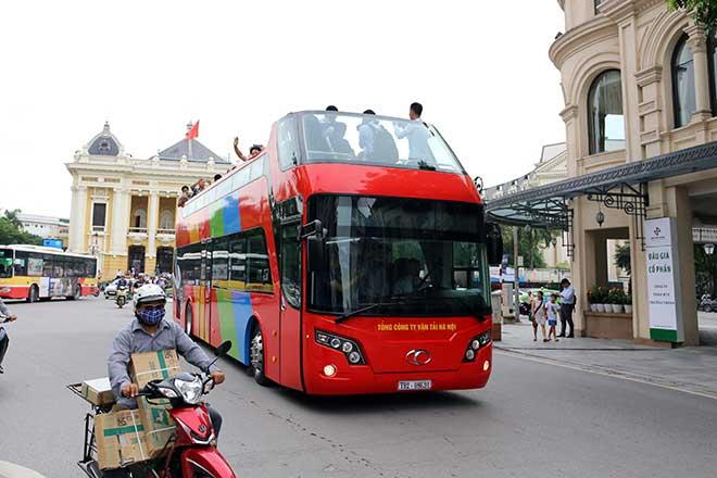 Clip: Vi vu trên xe buýt mui trần tiền tỷ đầu tiên tại Hà Nội - 1