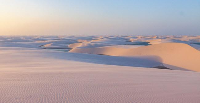 Vườn quốc gia Lençóis Maranhenses, Brazil: Nơi đây nổi tiếng với những cồn cát trắng xen lẫn hàng trăm hồ nước trong xanh được hình thành theo mùa. Thời điểm lý tưởng nhất để trải nghiệm thắng cảnh này là từ tháng 3 đến tháng 9 hằng năm.