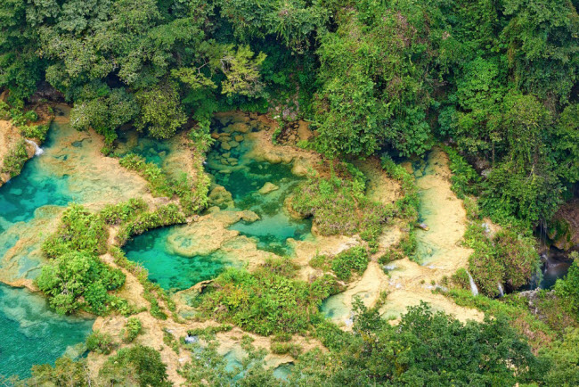 Semuc Champey, Guatemala: Alicia Johnson, biên tập viên của tạp chí du lịch Lonely Planet, khuyên du khách nên lựa chọn những bể bơi tự nhiên tuyệt đẹp trong rừng nguyên sinh ở Semuc Champey, vì nơi đây được coi là thiên đường dưới hạ giới.