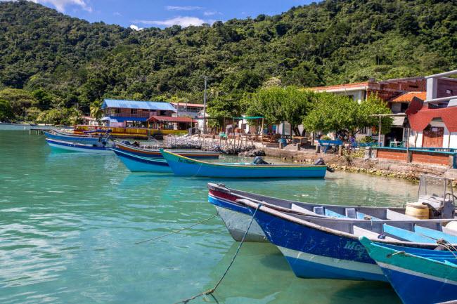 Capurganá và Sapzurro, Colombia: Đây là hai làng chài thơ mộng nằm trên bờ biển Thái Bình Dương ở vùng Chocó của Colombia, giáp biên giới với Panama. Tại đây, du khách có thể tham gia hoạt động lặn, khám phá rừng và thưởng thức hải sản tươi ngon.