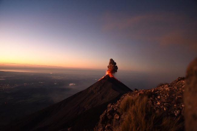 Núi lửa Acatenango, Guatemala: Du khách có cơ ngắm cảnh tượng núi lửa Fuego (ảnh) phun trào dung nham, nếu họ tham gia hành trình đi bộ và cắm trại trên núi lửa Acatenango.