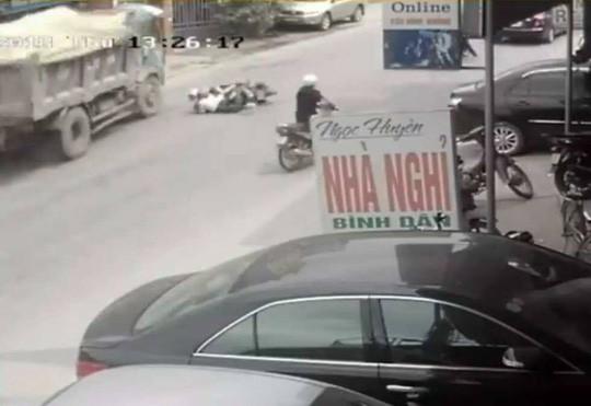 """Chủ xe lên tiếng về cú bẻ lái cứu mạng 2 nữ sinh: """"Tài xế xử lý quá kém"""" - 1"""