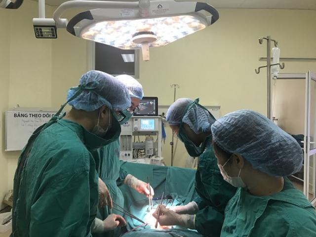Không khám phụ khoa định kỳ, bệnh nhân mang khối u cổ tử cung nặng 7kg