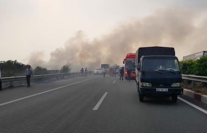 Ảnh: Hiện trường đầy khói lửa khiến ô tô đâm liên hoàn trên cao tốc - 1