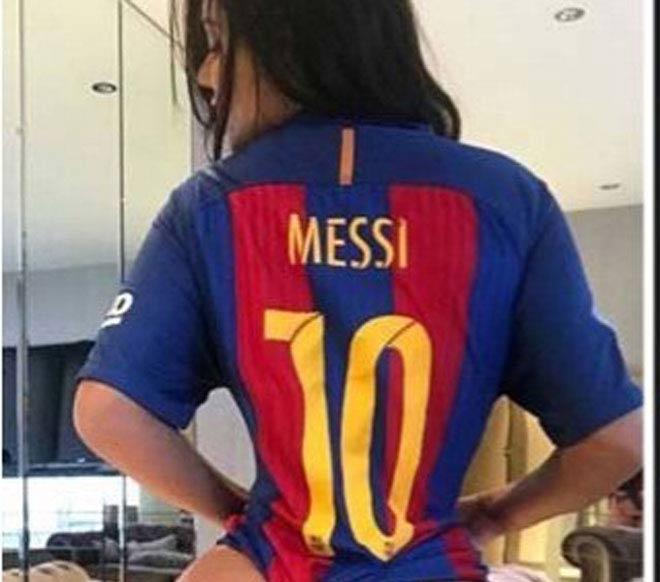 """Messi cứu rỗi Barca, người đẹp quyến rũ lại """"thả thính"""" - 1"""