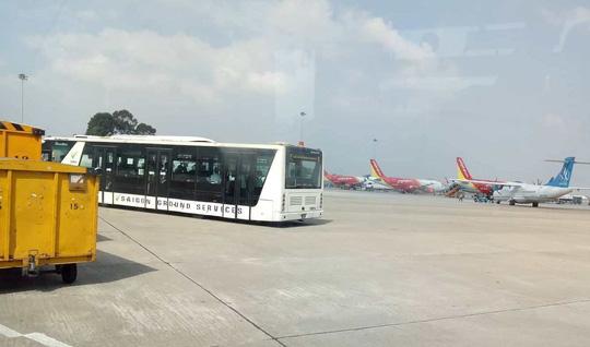 """Xe buýt sân bay """"trôi"""" vênh hàng rào ở Tân Sơn Nhất - 1"""