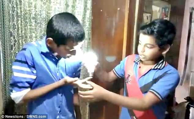 Cậu bé Ấn Độ dùng da trần phát điện làm sáng bóng đèn - 1