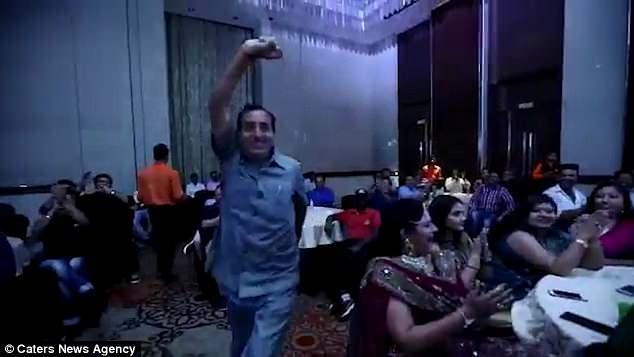 Đang nhảy múa mừng nhận giải, doanh nhân Ấn Độ gục xuống tử vong - 1