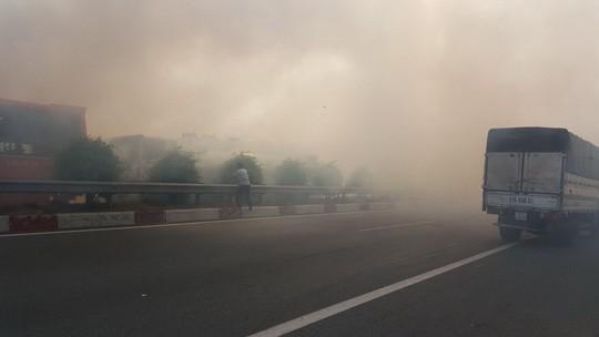 Khói đốt đồng lại uy hiếp cao tốc TP HCM - Long Thành - Dầu Giây - 1