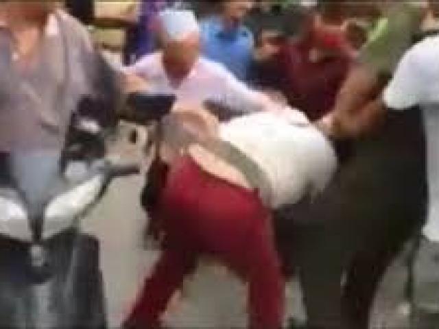 Nghi bắt cóc trẻ em, người phụ nữ tâm thần bị dân vây đánh