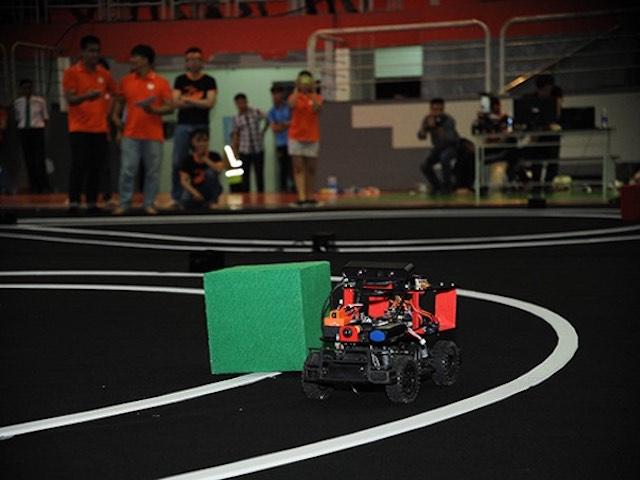 Tìm ra 8 đội vào chung kết cuộc thi lập trình xe tự hành mùa 2 tại VN