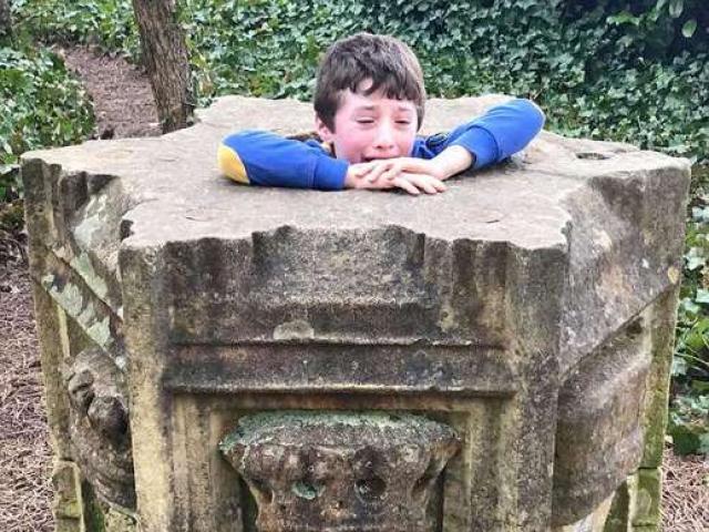 Giải cứu cậu bé 7 tuổi bị mắc kẹt trong tượng đài đá
