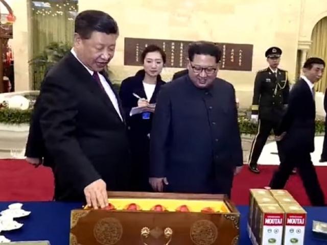 """Ông Kim Jong-un nhận """"ngập"""" quà của ông Tập Cận Bình"""