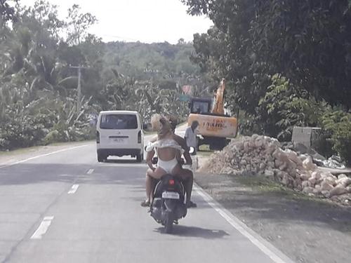 """Người mẫu bị """"tuýt còi"""" vì mặc thiếu vải, đi xe máy ở Philippines - 1"""
