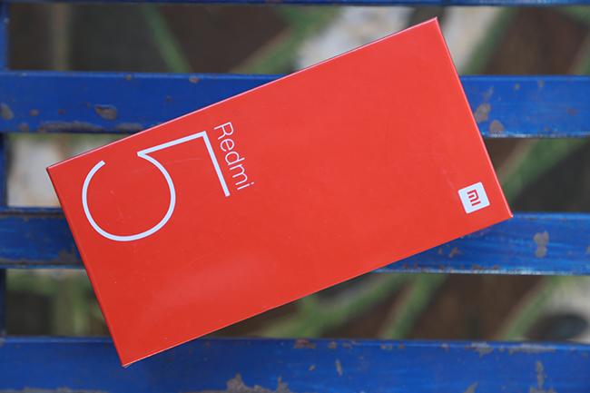 Redmi 5 vẫn nằm gọn trong một chiếc hộp màu cam quen thuộc như nhiều dòng smartphone giá rẻ khác của hãng Xiaomi.