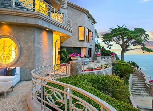 Emerald Bay nằm ở Laguna Beach, California, Mỹ, là nơi có nhiều căn biệt thự để các tỷ phú và CEO nổi tiếng đến nghỉ ngơi.