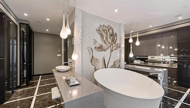 Phòng tắm sang trọng có treo bức tranh khảm đá cẩm thạch Italia làm bằng thủ công.