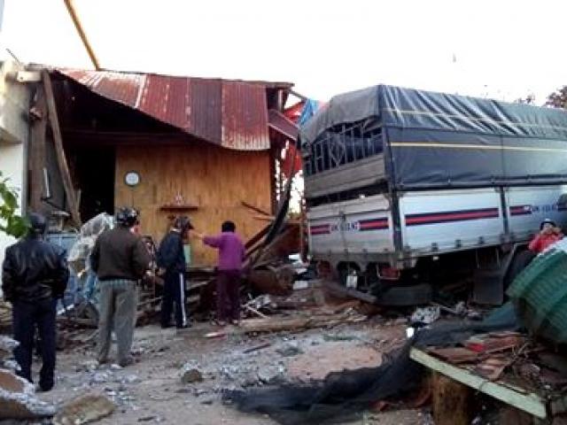 Xe tải tông sập nhà lúc 4 người đang ngủ