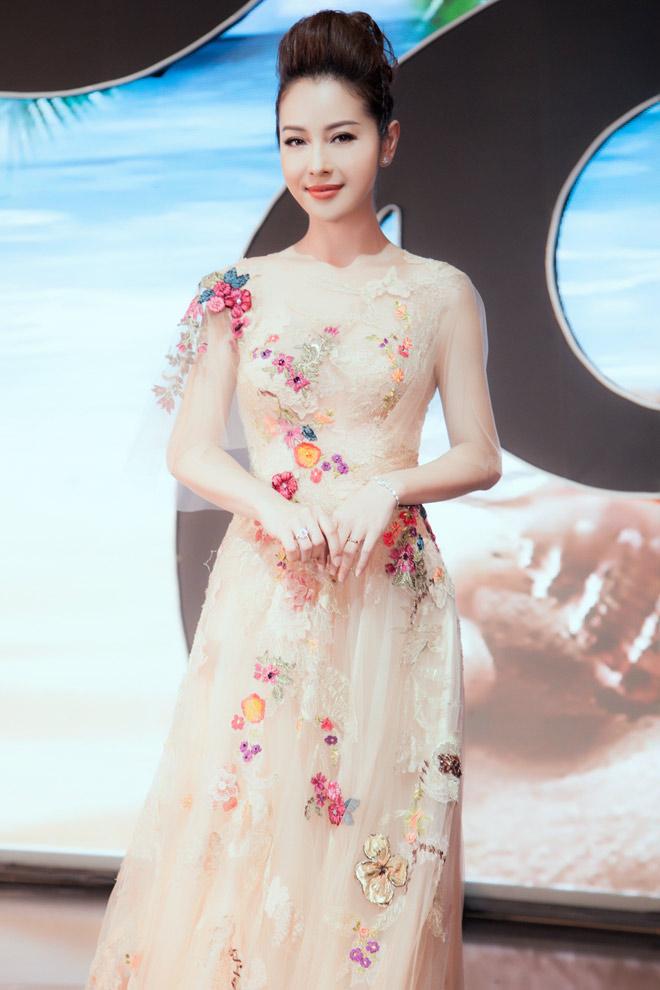 Đã 3 con nhưng Hoa hậu Jennifer Phạm cứ đẹp gợi cảm nhờ đâu? - 1